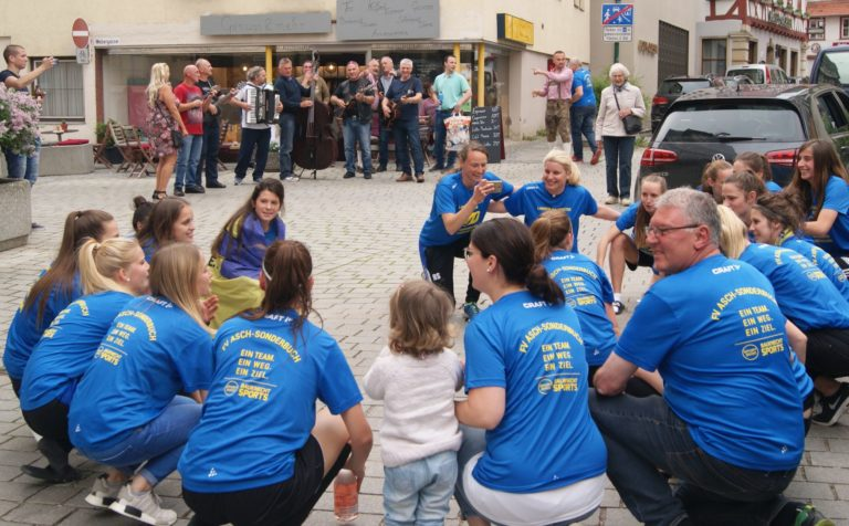 ... treffen auf die Mädels vom FV Asch-Sonderbuch. Und die sind in Partylaune und machen den Rathaus-Platz dicht!